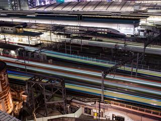 東京駅と列車の光跡