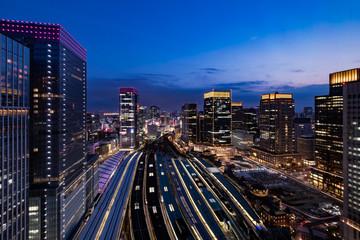 上空から見た東京駅の夕景