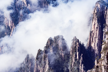 Photo sur Aluminium Montagne Clouds above the peaks of Huangshan National park.