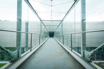 Konzerngebäude von innen, Stufen, Glas und Beton