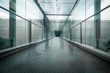 Konzerngebäude von innen, verwischte Menschen, Glas und Beton