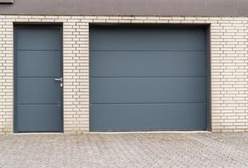 Garage mit Tür und Tor in Anthrazit