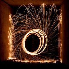 Funken fliegen beim Lichtmalen mit brennender Stahlwolle