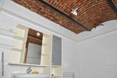 salle de bain am nag e dans ancienne cave vo t e photo libre de droits sur la banque d 39 images. Black Bedroom Furniture Sets. Home Design Ideas