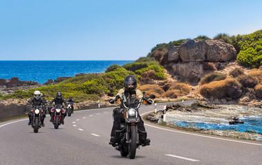 motorräder biker am strand, auf der küstenstraße
