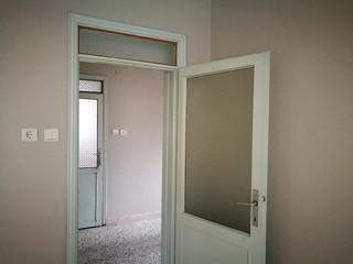 Offene Tür zum Flur in Pastellfarben in einem Landhaus in Dogancay bei Adapazari in der Provinz Sakarya in der Türkei