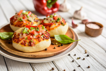 Mini pizza buns with ham, bell pepper, green onion and cheese