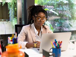 Jovem negra no computador