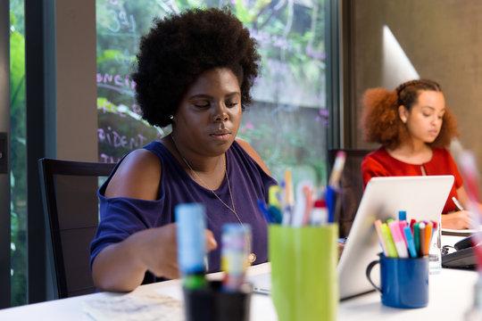 Mulheres negras trabalhando em escritório