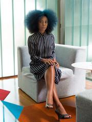 jovem mulher negra com cabelos coloridos