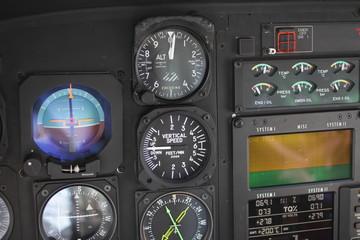 ヘリコプターのコックピットの計器類