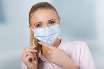 hübsche Zahnarzthelferin mit Farbmuster