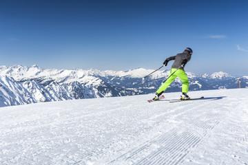Skifahrer auf der Piste in den Alpen