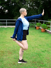 Mulher de cabeça raspada fazendo exercício físico