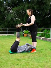 Mulheres se ajudando a alongar