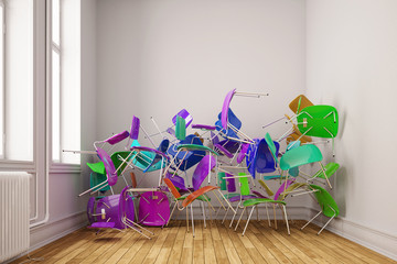 Viele bunte Stühle im Klassenzimmer einer Schule gestapelt