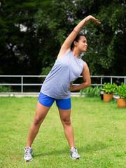 Mulher negra se exercitando ao sol
