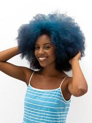Mulher de cabelo crespo azul
