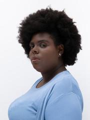 Mulher negra com cabelo black power séria