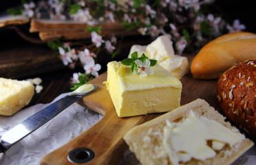 масло сливочное с хлебом и белыми цветами