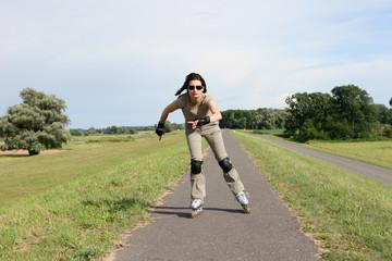 Junge Frau beim Skaten auf dem Oderdamm im Oderbruch