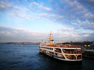Fähre über den Bosporus mit vielen Rettungsringen an der Anlegestelle in Istanbul Eminönü am Goldenen Horn in der Türkei