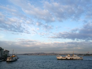 Anlegestelle der Fähren über den Bosporus in Istanbul Kadiköy am Goldenen Horn in der Türkei