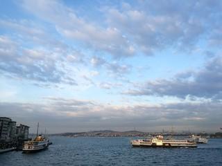 Bosporusfähre auf dem Weg zur Anlegestelle Karaköy am Goldenen Horn in Istanbul in der Türkei