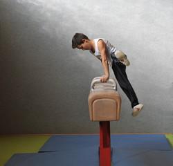 10-jähriger Junge beim Kunstturnen am Pauschenpferd
