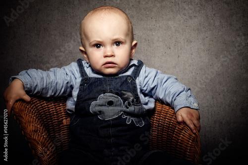 Kleine junge im korbsessel stockfotos und lizenzfreie for Kleine korbsessel