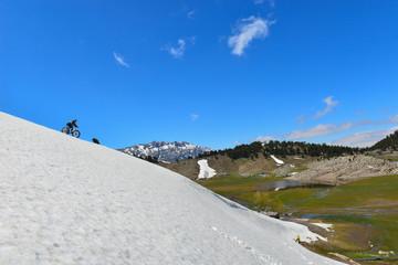 dik yamaçlardan kar bisikleti ile iniş hazırlığı