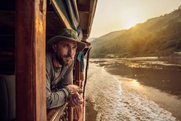 Mann Im Holzboot Blickt In Die Ferne