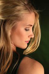 Schönes Haar und reine Haut einer Frau