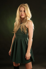 Frau mit wilden blonden Haaren