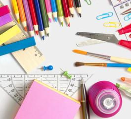 Büromaterial und Schulutensilien