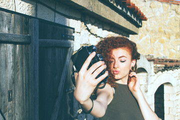chica joven pelirroja sacándose un selfie en sus vacaciones
