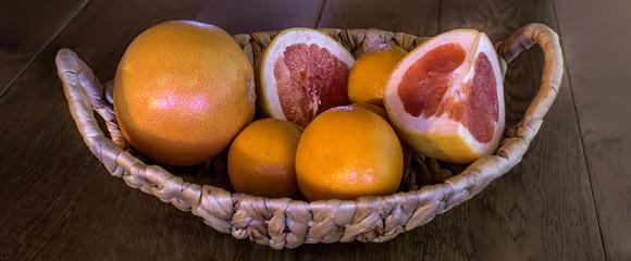 Корзинка с апельсинами и грейпфрутом