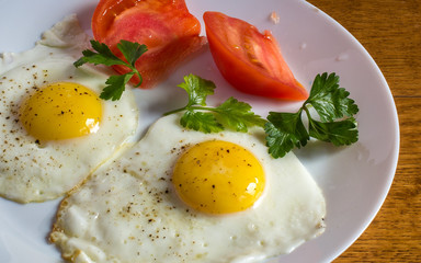 Яичница глазунья с помидорами