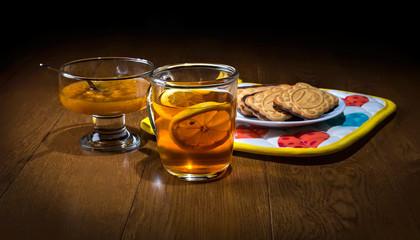 Чашка чая, персиковое варенье и печенье