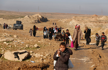 Displaced Iraqis flee their homes, as Iraqi forces battle with Islamic State militants, in western Mosul