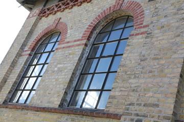 Historisches Fabrikgebäude mit alten Rundbogenfenstern