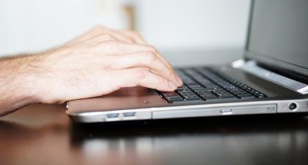 Computerarbeit am Laptop auf Holzschreibtisch / Panorama