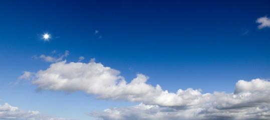 Sonne am blauen Himmel Panorama