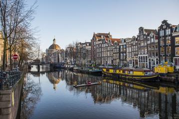 Canali di Amsterdam con i riflessi dei delle vecchie costruzioni