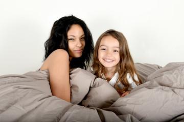 jeune mère et sa fille au lit