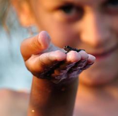 Młoda żabka na ręku dziecka
