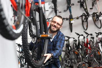 Fototapeta Sklep rowerowy. Sprzedawca rowerów w salonie rowerowym. obraz