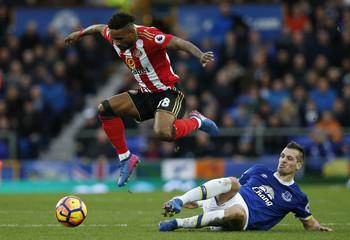 Everton's Morgan Schneiderlin in action with Sunderland's Jermain Defoe