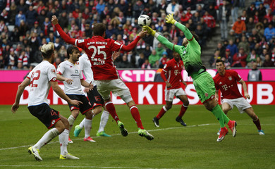 Mainz's Jannik Huth in action with Bayern Munich's Thomas Muller