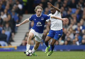 Everton's Tom Davies in action with Leicester City's Ahmed Musa